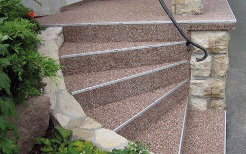 Ступени и площадка лестницы, отделанные крошкой