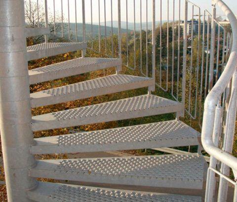 Ступени лестницы из перфорированного металла