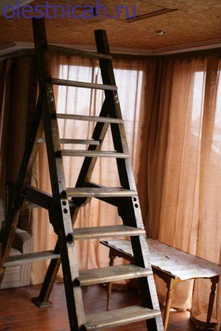 Такая лестница играет роль временной и достаточно редко используемой системы, которую в остальное время можно использовать как каскад полок для комнатных цветов