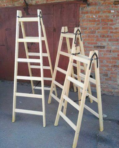 В качестве самого примитивного решения вопроса обслуживания банного чердака подойдет легкая лестница стремянка
