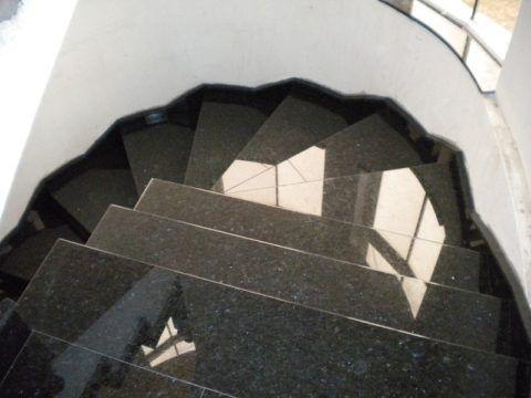Винтовая лестница из гранита