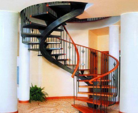Винтовая лестница на фото занимает совсем немного места