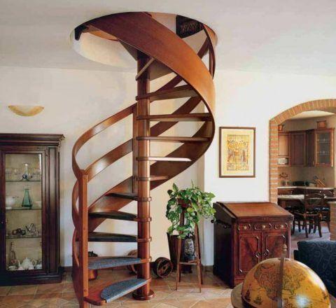 Винтовые лестницы интересно смотрятся, но они неудобные в использовании и сложные в изготовлении