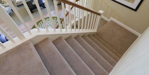 Внешний вид лестницы с ковролином