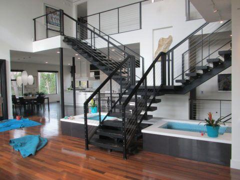 Внутренняя металлическая лестница