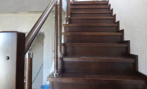 Закрытые лестницы на металлокаркасе более сложны в сборке