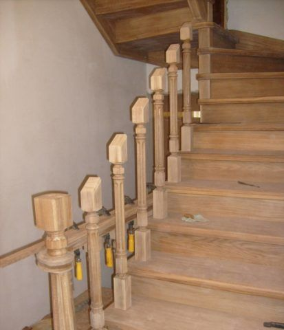 Балясины на деревянной лестнице