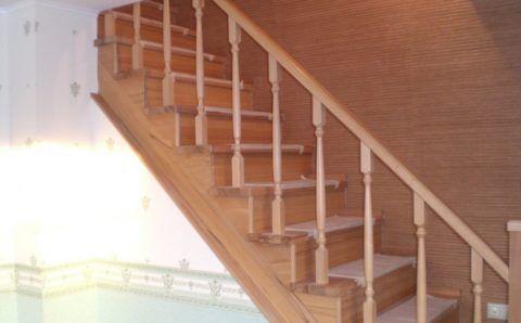 Буковая лестница с креплением ступеней на косоурах