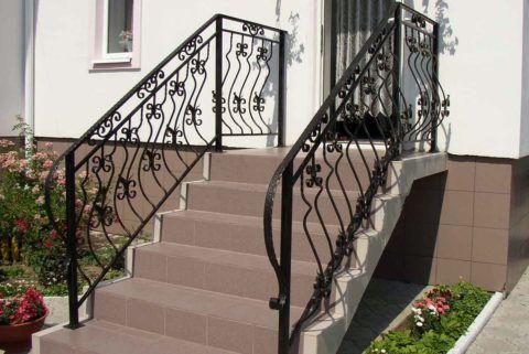Даже скромная и простая по конструкции кованая балюстрада украшает бетонную лестницу самым лучшим образом