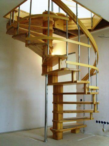 Деревянная лестница на больцах винтовая
