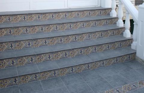 Для облицовки подступенка обычно используется плитка с ярким эффектным рисунком