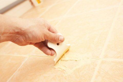 Для затирки швов используется специальный «мягкий» шпатель