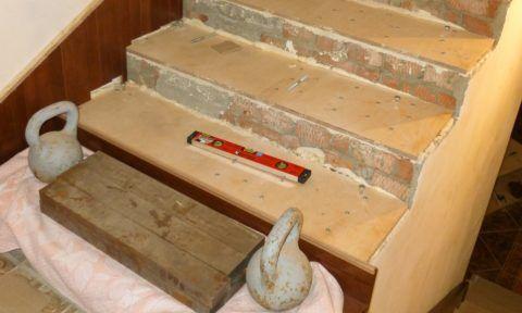 Фанера является амортизационной прослойкой между деревом и бетоном
