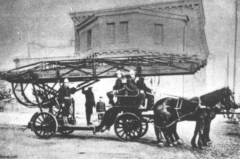Как бы то ни было, именно благодаря вот таким образцам передвижная пожарная лестница отметила свой 250-летний юбилей