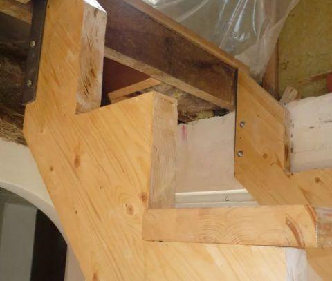 Как сделать своими руками лестницу в доме при её примыкании к стене: один косоур закреплён шурупами к стене, а другой - кронштейном к опорной балке
