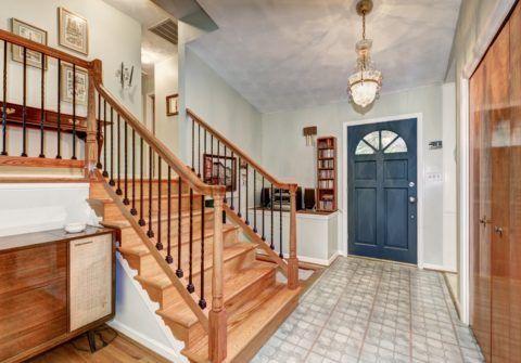 Какую лестницу сделать в доме - решать вам: на деревянных перилах можно установить металлические балясины