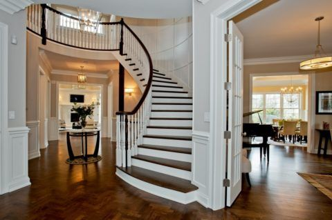 Классический французский интерьер с лестницей