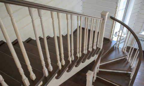 Комбинированная лестница между этажами в доме