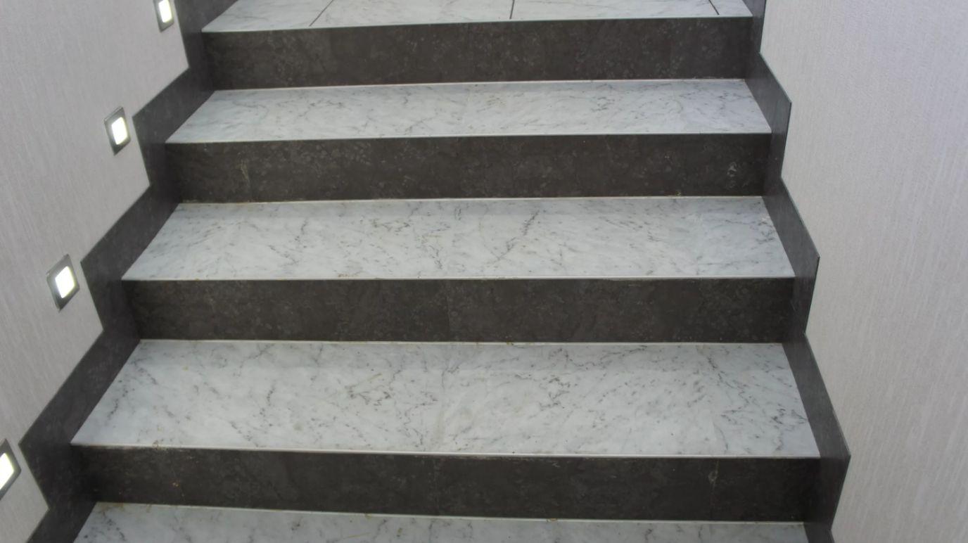Показать фото отделки лестниц кафелем