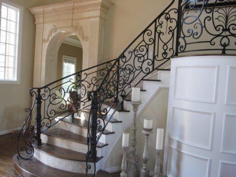 Кованая лестница всегда была в авангарде оригинальных интерьерных решений