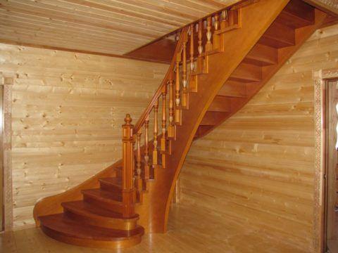 Криволинейная конструкция в деревянном доме