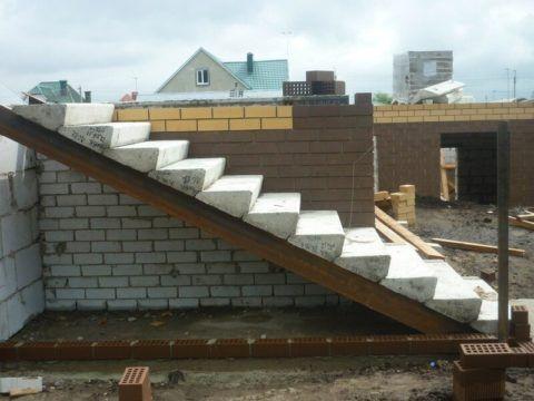 Лестница из наборных железобетонных ступеней