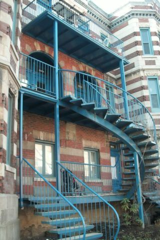 Лестница на балкон второго этажа