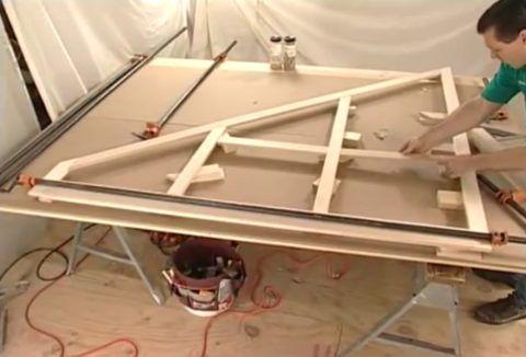 Лестница на второй этаж с ящиками: процесс сборки