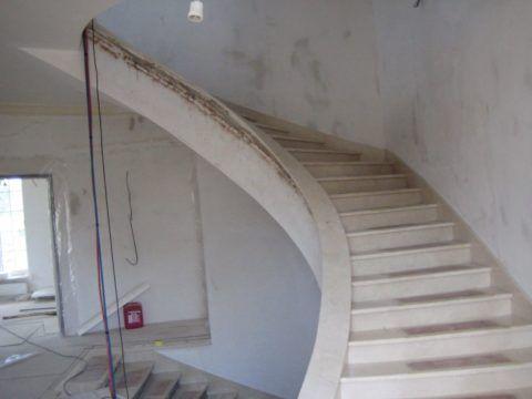 Лестница опирается на несущую стену