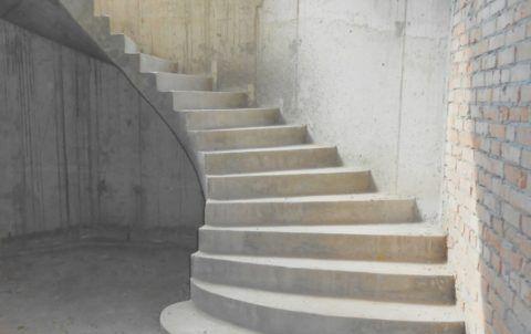 Лестница уличная на 2 этаж может иметь причудливую форму