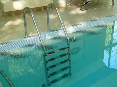 Лестницы для бассейнов: накладки на ступени из резины