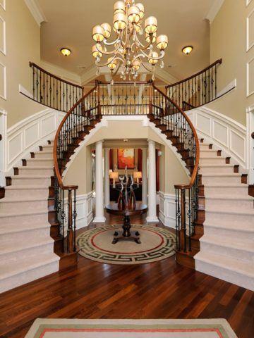 Лестницы для элитных домов обычно располагаются в просторных прихожих и холлах