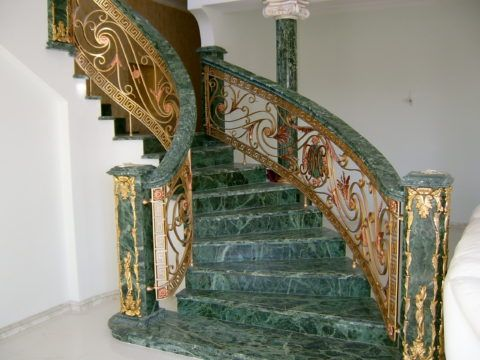 Лестницы в богатых домах часто изготавливаются из дорогих пород натурального камня