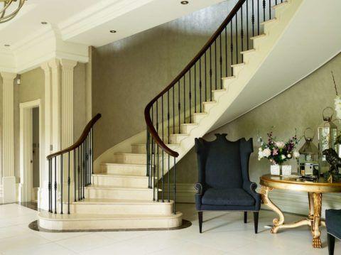 Лестницы в индивидуальных домах предполагают использование свободного пространства под маршем