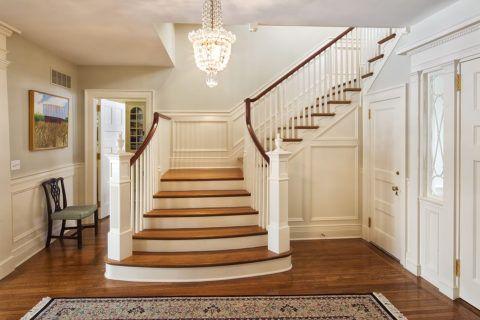Лестницы в индивидуальных жилых домах отличаются практичным, функциональным исполнением