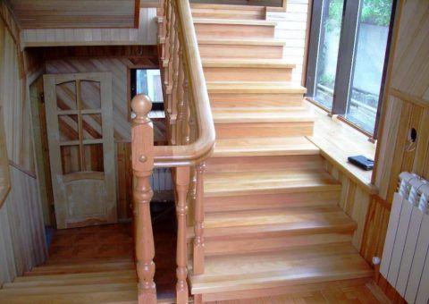 Маршевая лестничная конструкция из бука