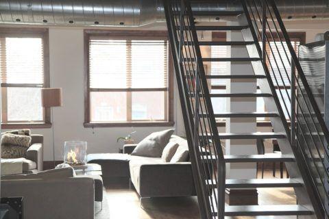 Металлическая конструкция лестницы в доме