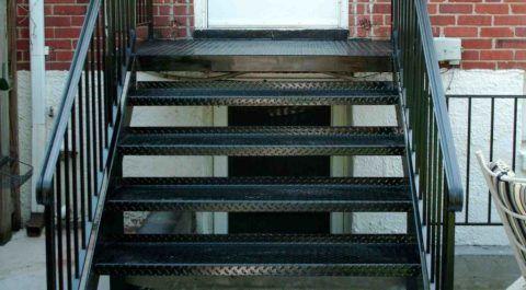 Металлические ступени должны иметь противоскользящую рельефную поверхность