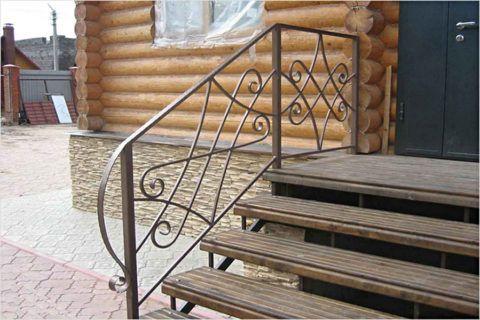 Металлическое крыльцо с коваными перилами и деревянными ступенями