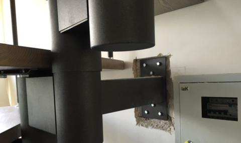 Модульная лестница с одним косоуром из металла и креплением к стене