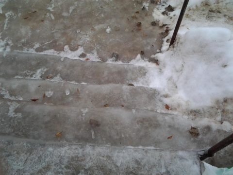 На деревянных лестницах лед образуется реже