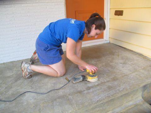 На фото изображена финишная шлифовка бетона залитого крыльца