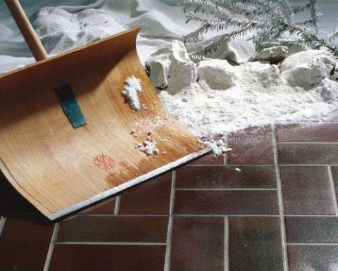 Не страдает материал и от воздействия технического инвентаря для очистки от снега и наледи