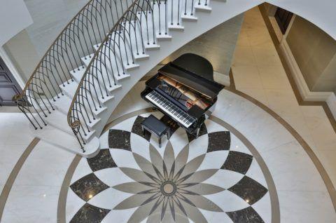 Несмотря на кажущуюся грубость, бетон занимает первое место, как материал, во многих элитных домах