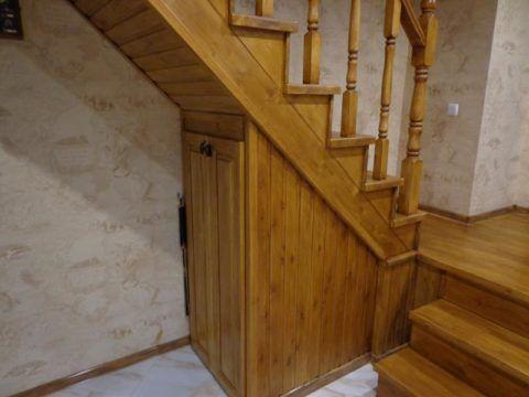 Обшитая деревом лестница отлично вписывается в интерьер
