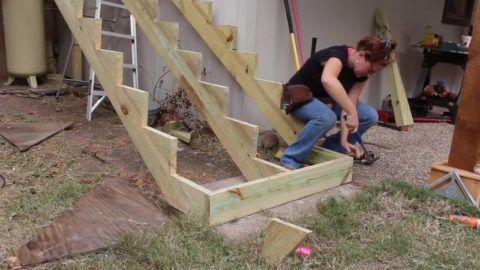 Обшивка лестницы начата