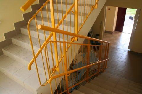 Ограждения на лестнице в детском саду
