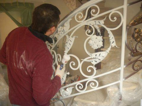 Окраска кованых изделий внутри помещений основной целью преследует визуальный эффект, нежели защитный