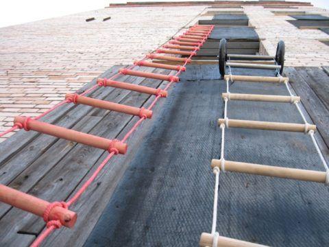 Опорные ролики - непременный атрибут навесных пожарных веревочных лестниц