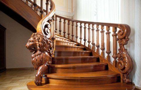Перила на деревянной лестнице